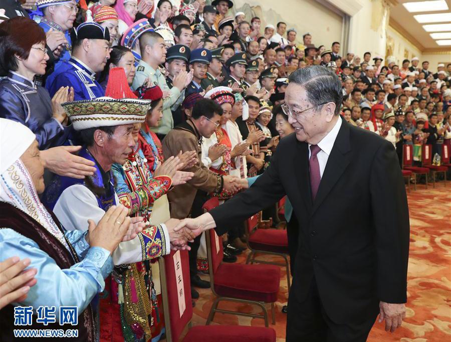 俞正声会见全国少数民族参观团
