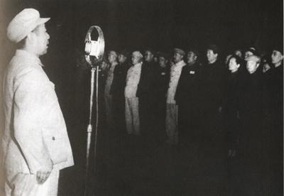 """参加中国人民政治协商会议第一届全体会议的代表在天安门广场举行""""人民英雄纪念碑""""奠基典礼。周恩来代表主席团在奠基仪式上致词。"""