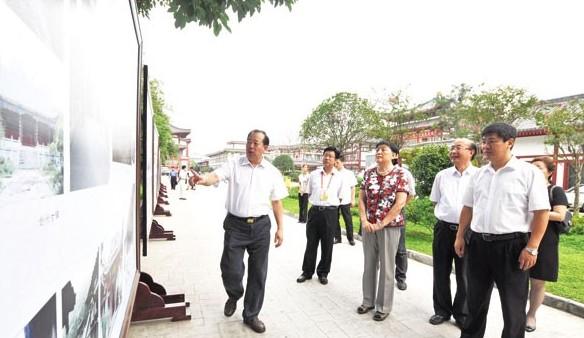 张梅颖(前排中)在罗强、马华的陪同下参观蜀道文化线路保护与申遗图片展。