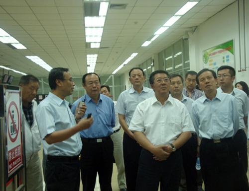 自治区政协副主席杨成旺陪同全国政协提案委员会调研组在神华鄂尔多斯煤制油分公司视察。