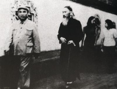 全国政协一届一次会议期间,民盟中央主席张澜(左二)与朱德(左一)在颐和园散步。青少年时代的朱德曾是张澜的学生,经过民主革命  斗争的磨练,师生情谊倍笃。