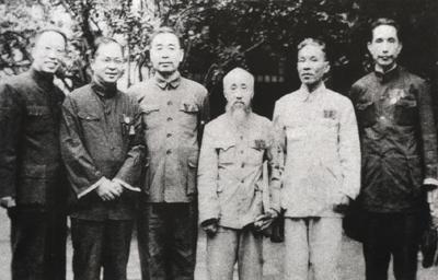 全国政协一届一次会议期间,周恩来与民盟部分代表合影。左起:沈志远、吴晗、周恩来、沈钧儒、翦伯赞、楚图南。
