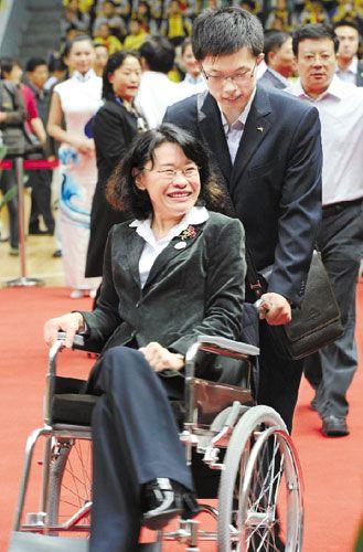 10月12日,第八届残运会开赛首日,张海迪带着笑容来到举重比赛现场。 本报记者 潘良干 摄