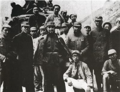1939年6月,李公朴夫妇访问延安。在中共中央支持下,李公朴和抗大学生组成抗战建国教学团深入华北地区活动。图为出发前教学团成员与送行者合影。立者右四为李公朴夫人张曼筠、右五为李公朴。