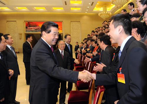 4月27日,中国共产党全国台湾省籍党员代表会议在北京闭幕。中共中央政治局常委、全国政协主席贾庆林会见全体代表并讲话。 新华社记者谢环驰 摄