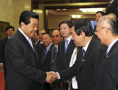 5月8日,中共中央政治局常委、全国政协主席贾庆林在北京人民大会堂亲切接见出席全国台湾同胞投资企业联谊会成立五周年庆典活动代表并发表重要讲话。新华社记者 饶爱民 摄