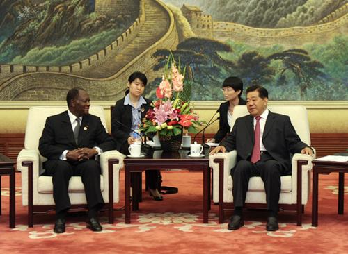 7月19日,全国政协主席贾庆林在北京人民大会堂会见应邀来华出席中非合作论坛第五届部长级会议开幕式并访华的科特迪瓦总统瓦塔拉。新华社记者 张铎 摄