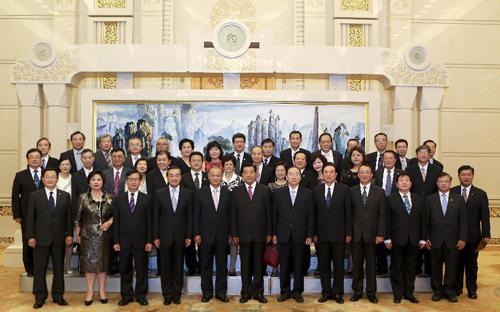 8月30日,中共中央政治局常委、全国政协主席贾庆林在北京人民大会堂会见世界台湾商会联合总会参访团全体成员。 新华社记者 丁林 摄