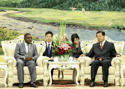 9月3日,中国全国政协主席贾庆林在北京人民大会堂会见布隆迪参议长恩蒂塞泽拉纳。新华社记者 丁林 摄