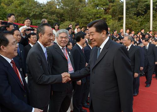 9月18日,中共中央政治局常委、全国政协主席贾庆林在南京会见前来出席海峡两岸企业家紫金山峰会的两岸企业家代表和经济界人士。新华社记者 马占成 摄