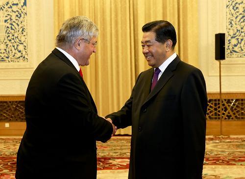 10月11日,全国政协主席贾庆林在北京人民大会堂会见瑞士联邦议会瑞中小组主席布鲁诺·祖比格。新华社记者 丁林 摄