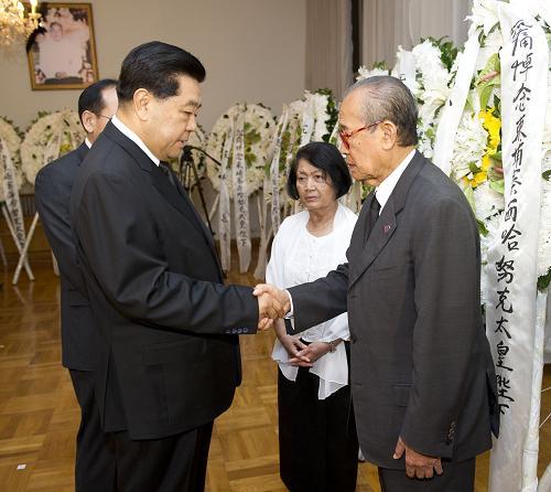 10月16日,全国政协主席贾庆林前往柬埔寨驻华使馆,沉痛吊唁柬埔寨太皇西哈努克逝世。新华社记者 黄敬文 摄