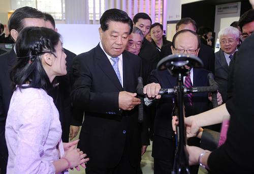 11月22日,全国政协主席贾庆林在北京全国农业展览馆新馆参观2012年北京台湾名品博览会。新华社发(刘震 摄)
