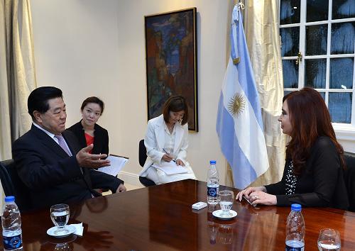 当地时间12月6日,中国全国政协主席贾庆林在布宜诺斯艾利斯会见阿根廷总统克里斯蒂娜。新华社记者 刘建生 摄