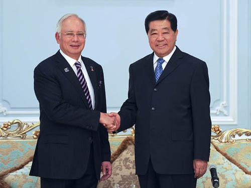 2月5日,全国政协主席贾庆林在吉隆坡会见马来西亚总理纳吉布。新华社记者 张铎 摄