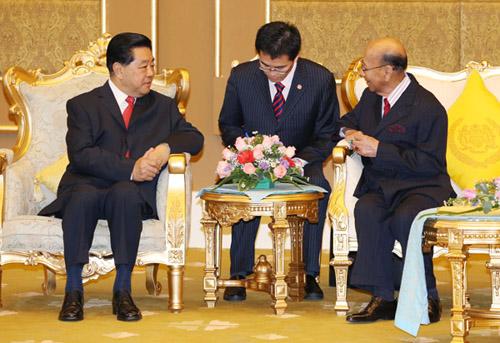 2月5日,全国政协主席贾庆林在吉隆坡会见马来西亚最高元首哈利姆。 新华社记者 姚大伟 摄