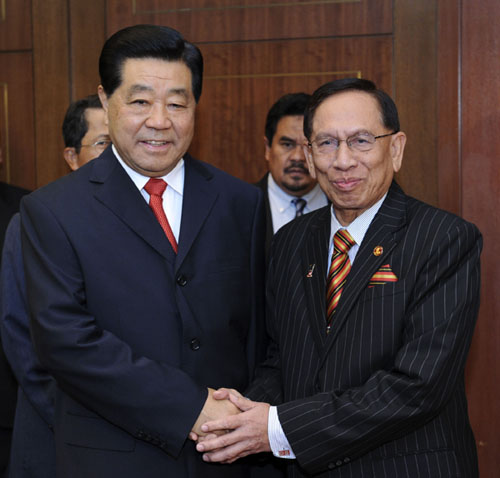 2月5日,全国政协主席贾庆林在吉隆坡会见马来西亚上议长阿布·扎哈尔。 新华社记者 张铎 摄