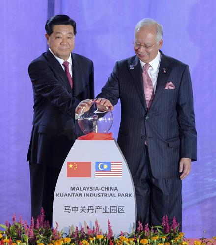2月5日,中国全国政协主席贾庆林在马来西亚关丹与马来西亚总理纳吉布共同出席马中关丹产业园启动仪式。新华社记者 张铎 摄