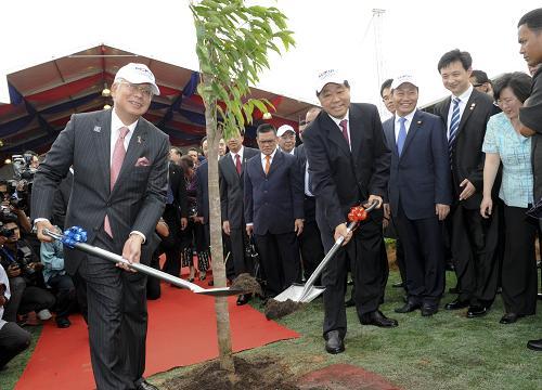 2月5日,中国全国政协主席贾庆林在马来西亚关丹与马来西亚总理纳吉布共同出席马中关丹产业园启动仪式并植树。新华社记者 张铎 摄