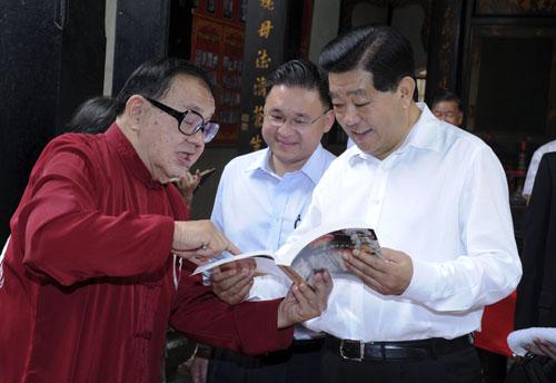 2月6日,全国政协主席贾庆林在马六甲访问并与当地侨领茶叙。这是贾庆林在马六甲福建会馆与当地侨领交流。 新华社记者 张铎 摄