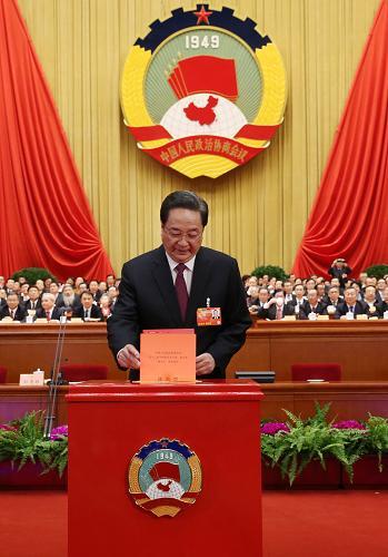 3月11日,全国政协十二届一次会议在北京人民大会堂举行第四次全体会议,选举产生政协第十二届全国委员会主席、副主席、秘书长和常务委员。这是俞正声在投票。新华社记者 刘卫兵 摄