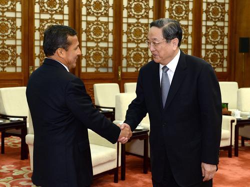 4月8日,全国政协主席俞正声在北京人民大会堂会见秘鲁总统乌马拉。新华社记者 马占成 摄