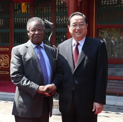 4月10日,全国政协主席俞正声在北京钓鱼台国宾馆会见赞比亚总统萨塔。新华社记者 刘卫兵 摄