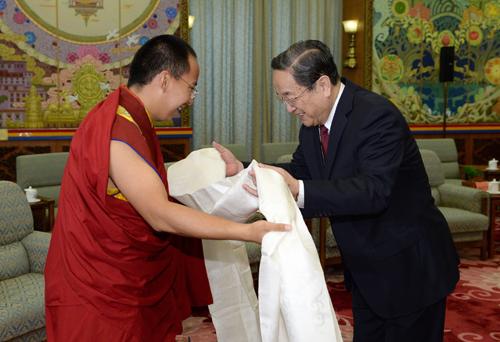 4月12日,中共中央政治局常委、全国政协主席俞正声在北京人民大会堂西藏厅亲切接见第十一世班禅额尔德尼・确吉杰布。这是班禅向俞正声敬献哈达。新华社记者 马占成 摄