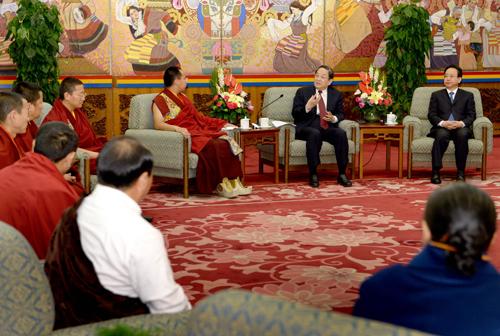 4月12日,中共中央政治局常委、中国全国政协主席俞正声在北京人民大会堂西藏厅亲切接见第十一世班禅额尔德尼・确吉杰布。 新华社记者马占成 摄