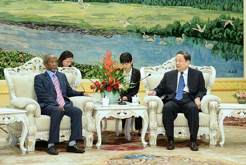 4月26日,中国全国政协主席俞正声在北京人民大会堂会见毛里塔尼亚经济社会理事会主席海默尔。新华社记者 李涛 摄