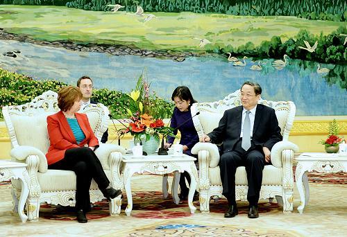 4月27日,中国全国政协主席俞正声在北京人民大会堂会见欧盟外交和安全政策高级代表兼欧盟委员会副主席阿什顿。 新华社记者 李涛 摄